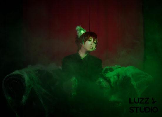黒ホリゾントでスモークとカラーライトを使用して撮影したコスプレ写真