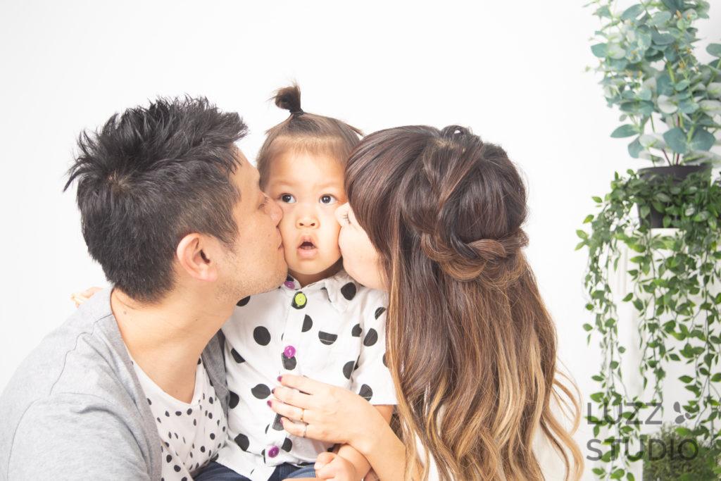 白ホリゾントで撮影した3人家族の写真