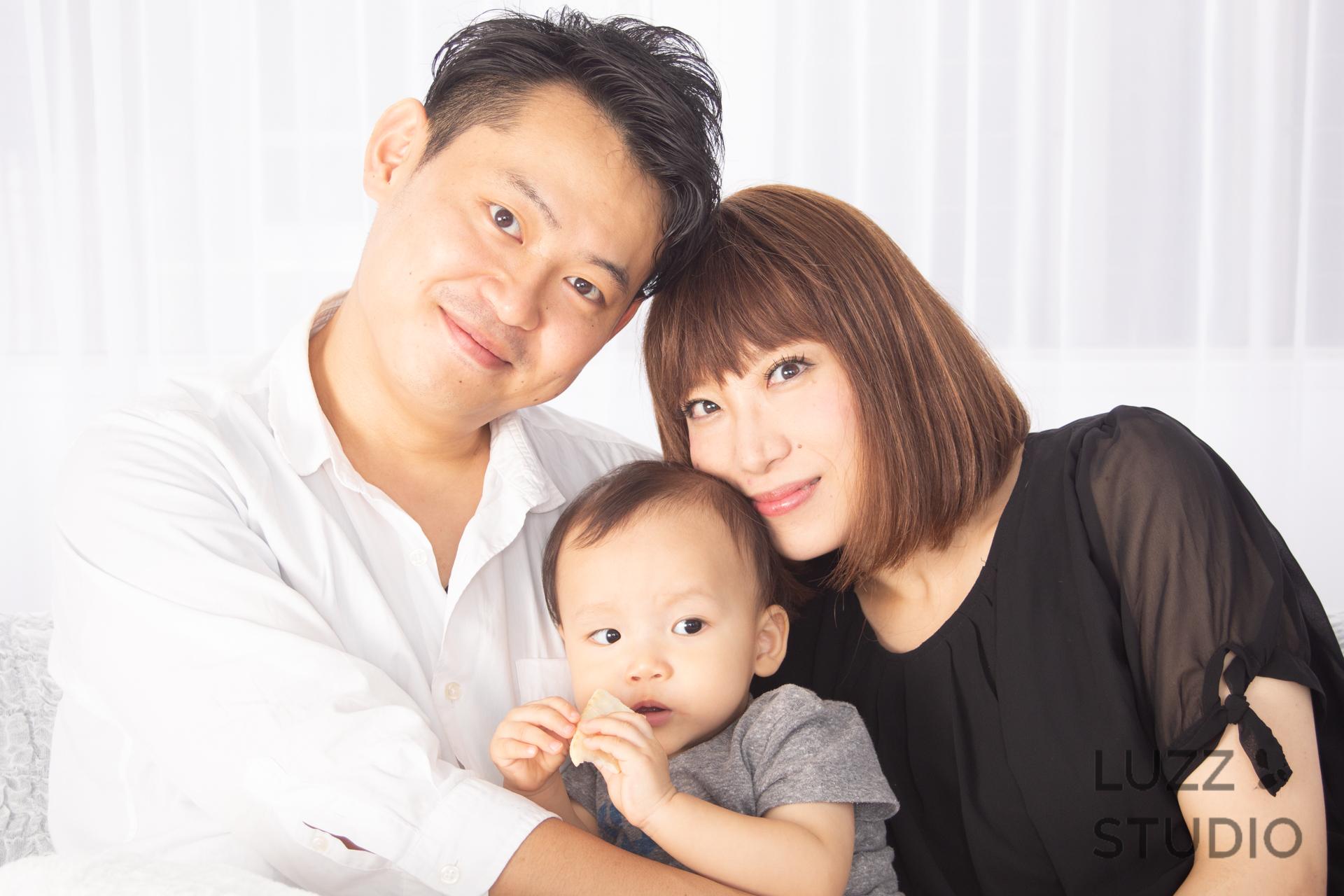 白ホリゾントで撮影した3人家族の写真10