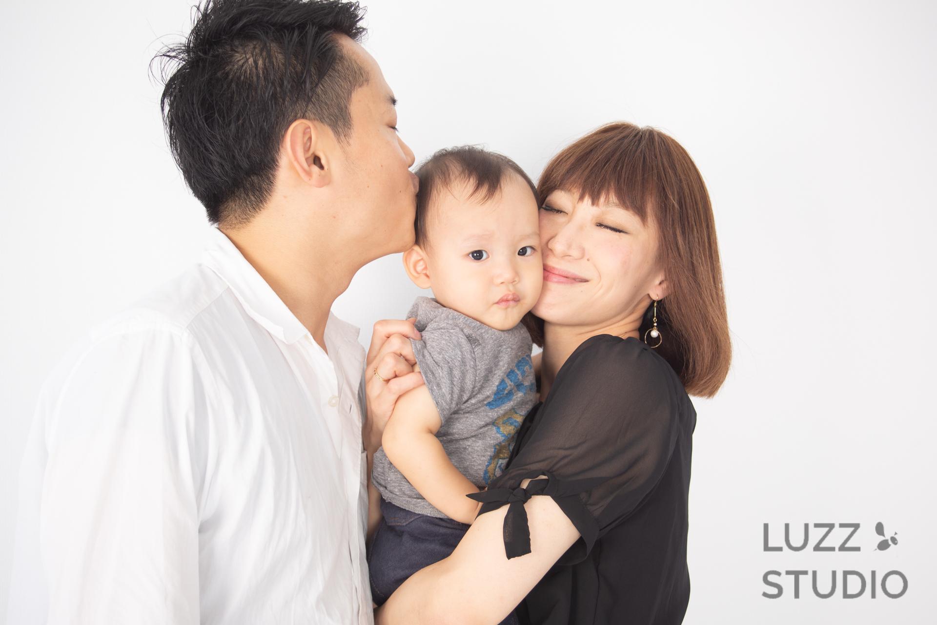 白ホリゾントで撮影した3人家族の写真11