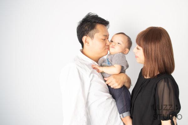 白ホリゾントで撮影した3人家族の写真14