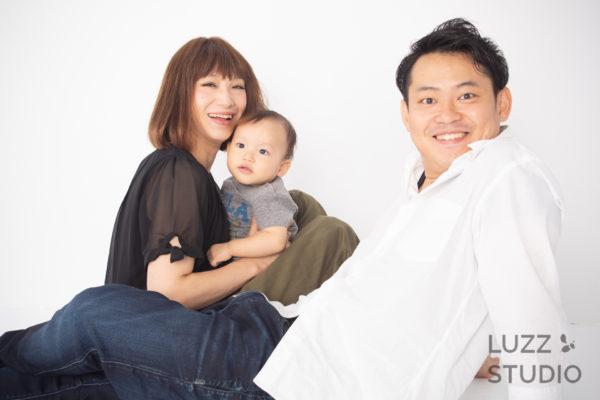 白ホリゾントで撮影した3人家族の写真15