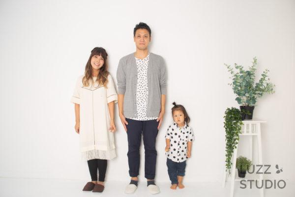 白ホリゾントで撮影した3人家族の写真2