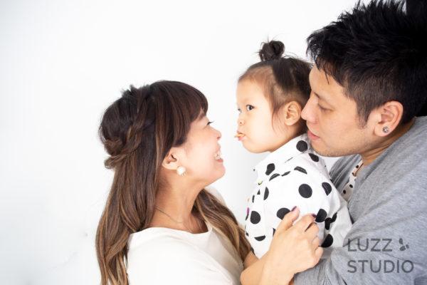 白ホリゾントで撮影した3人家族の写真3