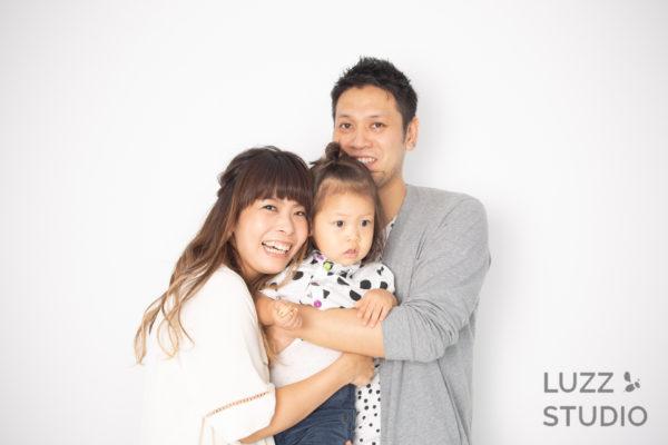 白ホリゾントで撮影した3人家族の写真4