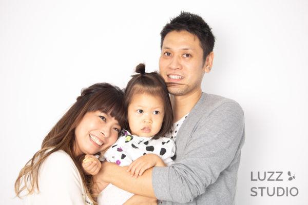 白ホリゾントで撮影した3人家族の写真5