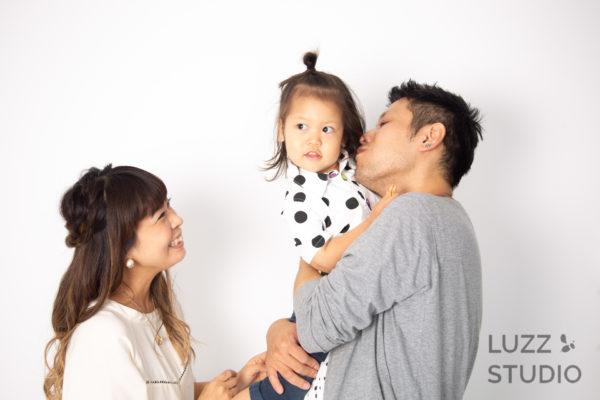 白ホリゾントで撮影した3人家族の写真6