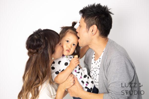 白ホリゾントで撮影した3人家族の写真7