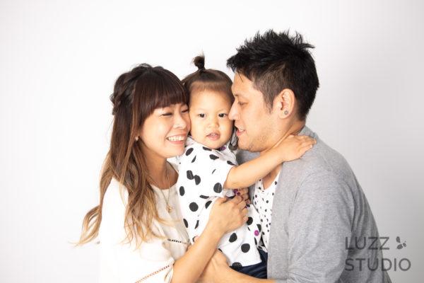 白ホリゾントで撮影した3人家族の写真8