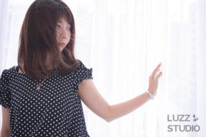 白ホリゾントで撮影した女性のポートレート写真
