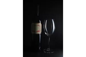 高級な輝きを放つワインやウイスキーなどの撮影に