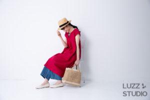 白ホリゾントで撮影した女性アパレルECサイト用の椅子に座った写真